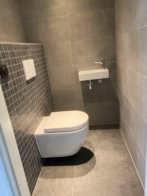 Bestaand toilet gerenoveerd inclusief verlaagd plafond met spots te Lelystad