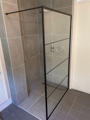Nieuwe douchehoek gecreëerd in bestaande badkamer te Lelystad