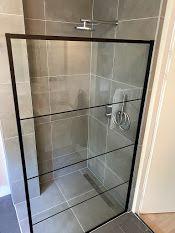 Nieuwe douchehoek gecreëerd in bestaande badkamer in Lelystad.