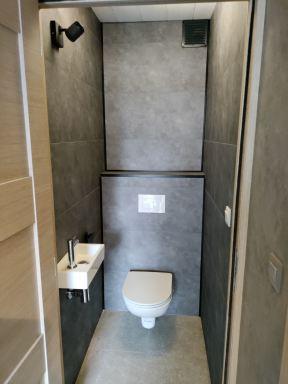Getegelde muren van toilet te Turnhout overplakken met pvc tegels