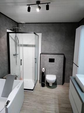 Muren van badkamer te Turnhout overplakken met pvc tegels